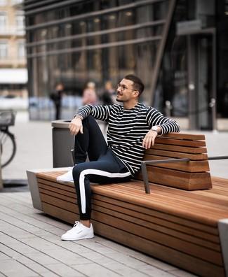 Как и с чем носить: черно-белая футболка с длинным рукавом в горизонтальную полоску, черно-белые спортивные штаны, белые кожаные низкие кеды
