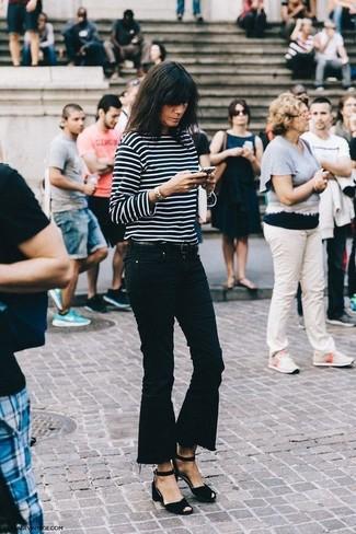 Как и с чем носить: черно-белая футболка с длинным рукавом в горизонтальную полоску, черные джинсы-клеш, черные замшевые босоножки на каблуке