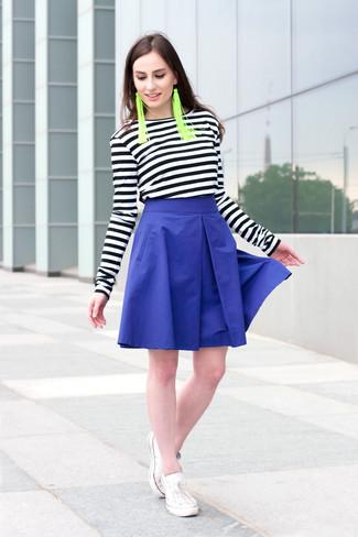 Как и с чем носить: черно-белая футболка с длинным рукавом в горизонтальную полоску, синяя пышная юбка, белые низкие кеды, зеленые серьги