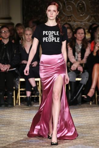 Как и с чем носить: черно-белая футболка с круглым вырезом с принтом, розовая сатиновая длинная юбка, черные замшевые туфли
