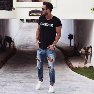 Черно-белую футболку с круглым вырезом с принтом и синие рваные джинсы можно надеть на вечернюю прогулку с девушкой или для барного тура с друзьями. Этот ансамбль легко получает свежее прочтение в паре с белыми низкими кедами.