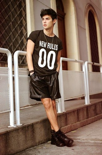 Как и с чем носить: черно-белая футболка с круглым вырезом с принтом, черные кожаные шорты, темно-коричневые кожаные повседневные ботинки
