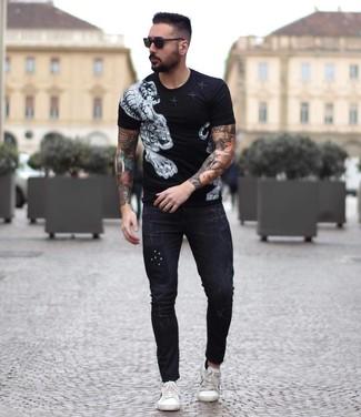 Черно-белая футболка с круглым вырезом с принтом: с чем носить и как сочетать мужчине: Если ты делаешь ставку на удобство и функциональность, черно-белая футболка с круглым вырезом с принтом и черные зауженные джинсы — прекрасный выбор для стильного мужского образа на каждый день. Элегантности и мужественности ансамблю добавит пара белых кожаных низких кед.