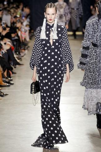 Как и с чем носить: черно-белое вечернее платье в горошек, черная кожаная сумочка, белые серьги из бисера