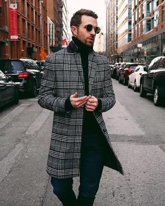 Как и с чем носить: черно-белое длинное пальто в шотландскую клетку, черная водолазка, темно-синие джинсы
