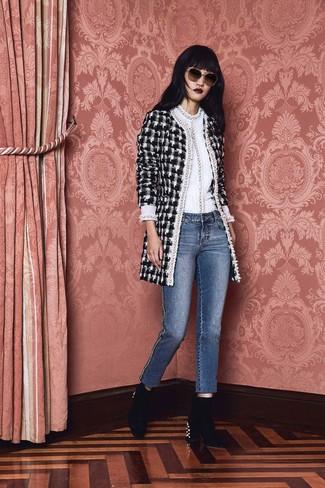 Как и с чем носить: черно-белое твидовое пальто в клетку, белый свитер с круглым вырезом, синие джинсы, черные бархатные ботильоны с украшением