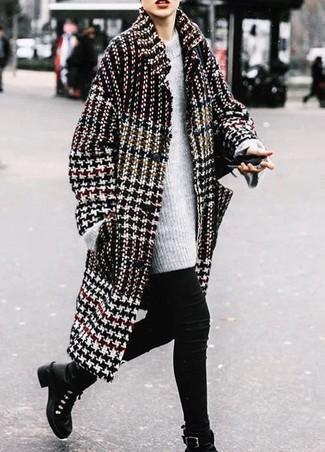 """Как и с чем носить: черно-белое пальто с узором """"гусиные лапки"""", серый вязаный свободный свитер, черные джинсы скинни, черные кожаные ботинки на шнуровке"""