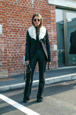 Как и с чем носить: черно-белое пальто с меховым воротником, черная водолазка, черные брюки-клеш, черная кожаная сумка через плечо