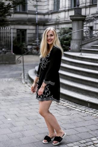 Как и с чем носить: черно-белое платье-крестьянка с вышивкой, черные кожаные сандалии на плоской подошве, розовая кожаная сумка через плечо