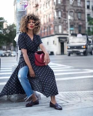 Как и с чем носить: черно-белое платье с запахом в горошек, синие рваные джинсы, черные кожаные лоферы, темно-красная кожаная сумка-мешок