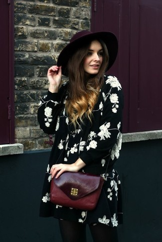 Как и с чем носить: черно-белое свободное платье с цветочным принтом, темно-красная кожаная сумка через плечо, темно-красная шерстяная шляпа