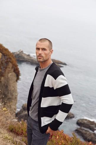 Как и с чем носить: черно-белый кардиган в горизонтальную полоску, серая футболка с круглым вырезом, темно-серые джинсы