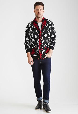 Как и с чем носить: черно-белый кардиган с отложным воротником с геометрическим рисунком, белая футболка с круглым вырезом, темно-синие джинсы, черные кожаные рабочие ботинки