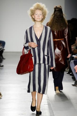 Как и с чем носить: черно-белый кардиган в вертикальную полоску, черно-белая юбка-миди в вертикальную полоску, черные кожаные балетки, красная кожаная большая сумка