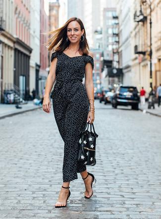 Женские луки: Черно-белый комбинезон в горошек — стильный выбор барышень, которые постоянно в движении. В сочетании с этим нарядом выигрышно будут выглядеть прозрачные резиновые босоножки на каблуке.