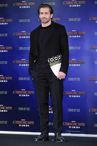 Как и с чем носить: черно-белый пиджак с принтом, темно-синяя футболка с круглым вырезом, черные классические брюки, черные кожаные ботинки челси
