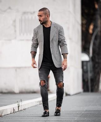 Как и с чем носить: черно-белый пиджак в мелкую клетку, черная футболка с круглым вырезом, черные рваные зауженные джинсы, черные кожаные лоферы с кисточками