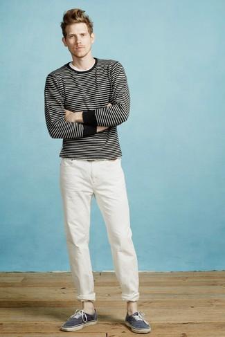 Как и с чем носить: черно-белый свитер с круглым вырезом в горизонтальную полоску, белая футболка с круглым вырезом, белые брюки чинос, темно-синие низкие кеды из плотной ткани