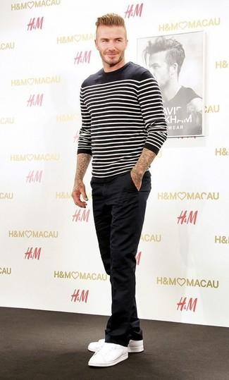 Как David Beckham носит Черно-белый свитер с круглым вырезом в горизонтальную полоску, Черные брюки чинос, Белые низкие кеды