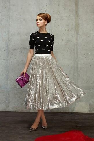 Как и с чем носить: черно-белый свитер с круглым вырезом с вышивкой, серебряная юбка-миди с пайетками со складками, серебряные кожаные туфли, пурпурный кожаный клатч