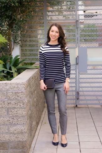 Как и с чем носить: черно-белый свитер с круглым вырезом в горизонтальную полоску, серые шерстяные узкие брюки, черные кожаные туфли, золотые часы