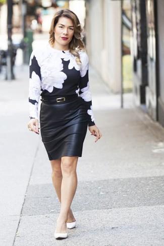 Как и с чем носить: черно-белый свитер с круглым вырезом с цветочным принтом, черная кожаная юбка-карандаш, белые кожаные балетки