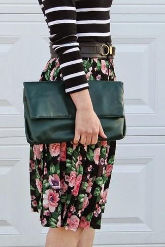 Как и с чем носить: черно-белый свитер с круглым вырезом в горизонтальную полоску, черная юбка-миди с цветочным принтом, темно-зеленый кожаный клатч, черный кожаный ремень