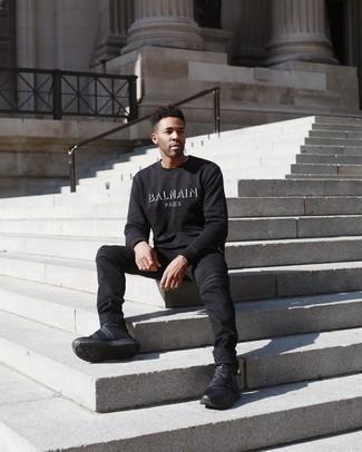С чем носить черно-белый свитшот с принтом мужчине: Черно-белый свитшот с принтом и черные джинсы — неотъемлемые вещи в гардеробе мужчин с великолепным вкусом в одежде. Если подобный ансамбль кажется слишком дерзким, разбавь его черными кроссовками.