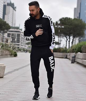 Как и с чем носить: черно-белый спортивный костюм, черные кроссовки