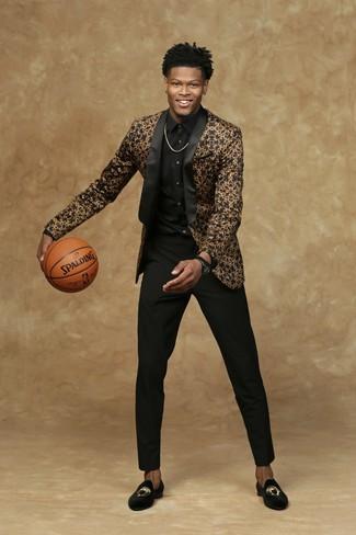 Как и с чем носить: черно-золотой пиджак, черная классическая рубашка, черные классические брюки, черные бархатные лоферы с вышивкой