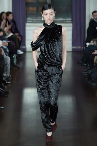 Как и с чем носить: черный бархатный комбинезон, темно-красные замшевые туфли, серебряные серьги