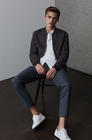 С чем носить темно-синие шерстяные брюки чинос: Черный замшевый бомбер и темно-синие шерстяные брюки чинос — must have вещи в гардеробе парней с отменным чувством стиля. Если сочетание несочетаемого привлекает тебя не меньше, чем проверенная классика, закончи этот ансамбль белыми кожаными низкими кедами.