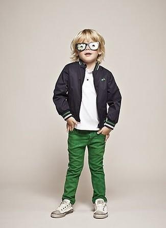Как и с чем носить: черный бомбер, белая футболка, зеленые джинсы, белые кеды