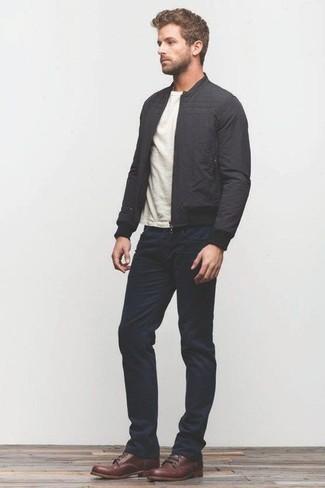 Черный бомбер и темно-синие джинсы — идеальный вариант простого, но стильного лука. Очень стильно здесь будут смотреться коричневые кожаные повседневные ботинки.