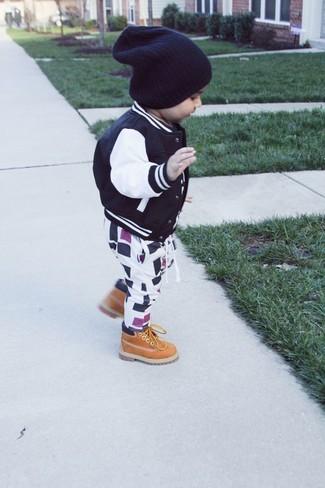 Как и с чем носить: черный бомбер, бело-черные спортивные штаны, светло-коричневые ботинки, черная шапка