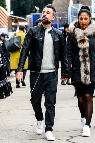Белый свитер с круглым вырезом: с чем носить и как сочетать мужчине: Белый свитер с круглым вырезом и темно-серые брюки чинос в вертикальную полоску — замечательный вариант для простого, но стильного мужского образа. В паре с этим образом органично смотрятся белые кожаные низкие кеды.