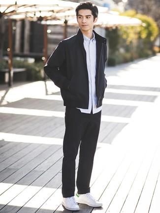 Как и с чем носить: черный бомбер, голубая рубашка с длинным рукавом в вертикальную полоску, черные брюки чинос, белые кожаные низкие кеды