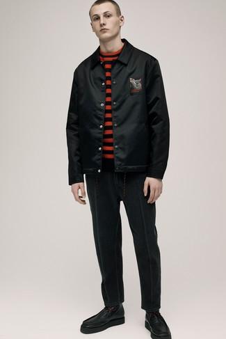 Модный лук: черный бомбер, красно-черный свитер с круглым вырезом в горизонтальную полоску, черные джинсы, черные кожаные повседневные ботинки