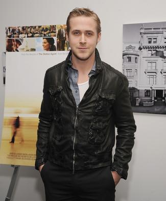 Как Ryan Gosling носит Черный кожаный бомбер, Серая рубашка с длинным рукавом из шамбре, Белая майка, Черные брюки чинос
