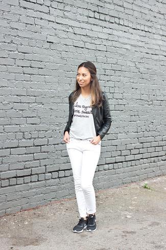 Как и с чем носить: черный кожаный бомбер, серая футболка с круглым вырезом с принтом, белые джинсы, черные кроссовки