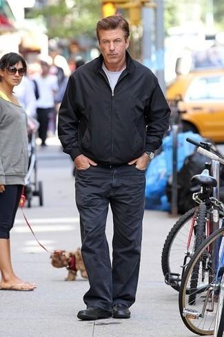Как и с чем носить: черный бомбер, серая футболка с круглым вырезом, темно-синие джинсы, черные кожаные лоферы