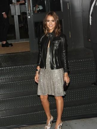 Как Jessica Alba носит Черный кожаный бомбер, Серебряное платье-миди с пайетками, Серебряные кожаные босоножки на каблуке, Черный кожаный клатч