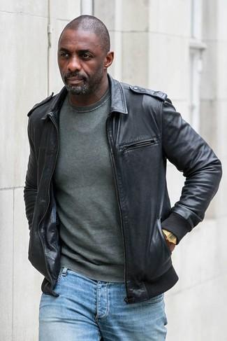 Как и с чем носить: черный кожаный бомбер, темно-зеленый свитер с круглым вырезом, голубые джинсы, золотые часы