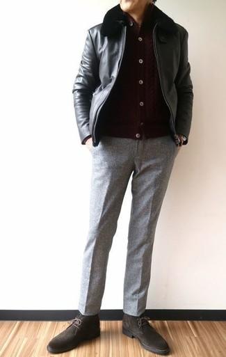 Как и с чем носить: черный кожаный бомбер, темно-коричневый кардиган, серые шерстяные классические брюки, темно-коричневые замшевые ботинки дезерты