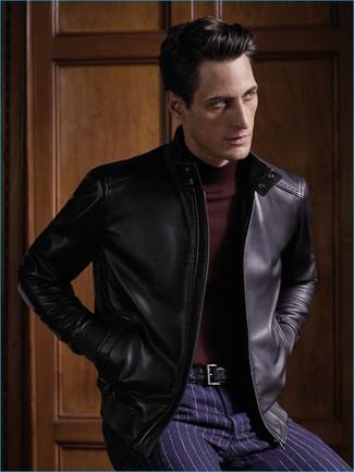 Как и с чем носить: черный кожаный бомбер, темно-красная водолазка, темно-синие классические брюки в вертикальную полоску, черный кожаный ремень