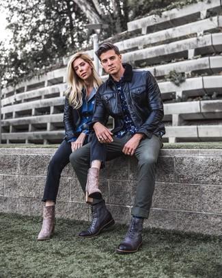 Темно-серые кожаные повседневные ботинки: с чем носить и как сочетать мужчине: Если ты любишь одеваться модно, и при этом чувствовать себя комфортно и расслабленно, стоит попробовать это сочетание черного кожаного бомбера и оливковых джинсов. Хотел бы привнести сюда толику классики? Тогда в качестве обуви к этому образу, выбери темно-серые кожаные повседневные ботинки.