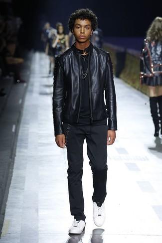 Как и с чем носить: черный кожаный бомбер, черная футболка с круглым вырезом, черные брюки чинос, белые кожаные низкие кеды