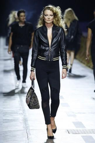 Как и с чем носить: черный кожаный бомбер, черные леггинсы, черные кожаные туфли, черная кожаная сумка-саквояж с вышивкой