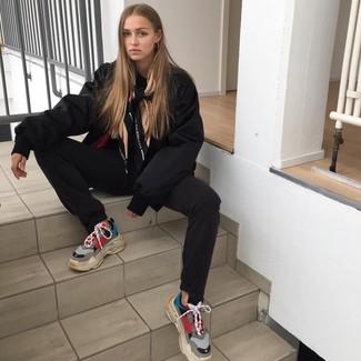 e2e1e866 Как и с чем носить: черный бомбер, черные спортивные штаны, разноцветные  кроссовки