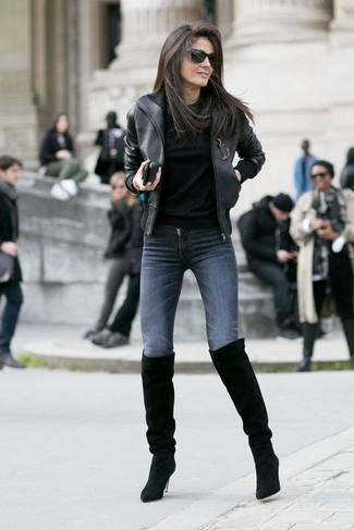 Модный лук: Черный кожаный бомбер, Черный свитер с круглым вырезом, Темно-серые джинсы скинни, Черные замшевые ботфорты